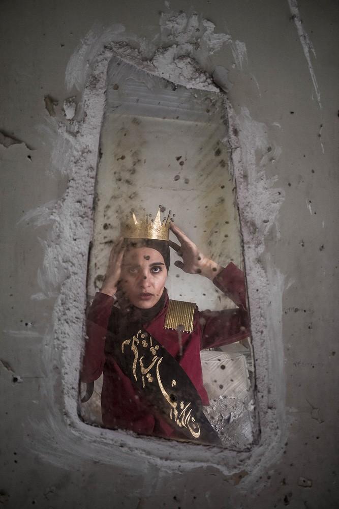 Tahmineh_Monzavi_Crown-Giver_2014_web